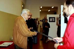 Il Sindaco Sergio Bagnato inaugura la mostra con il taglio di una pellicola