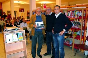 Il sindaco Sergio Bagnato riceve il libro Fotografi a Cernusco da Giuseppe Gironi e Roberto Pirovano presidente e vicepresidente del fotogruppo Effeotto