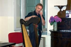 Il musicista Danilo Marzorati con la sua arpa celtica