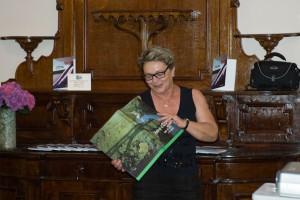 Anna Rosa Panzeri chiude la serata con l'omaggio del libro su Paderno al fotogruppo Effeotto