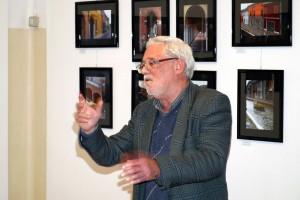 Il prof. Silvano Valenti introduce la mostra