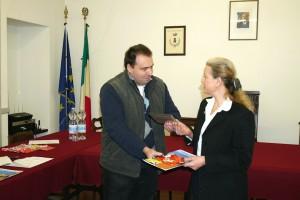 Emanuele Pirovano consegna il dvd Cernusco, un secolo di Immagini, realizzato dal fotogruppo Effeotto
