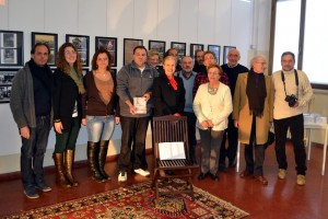 Foto di gruppo con Iside, sorella di Mario Ferrario e alcuni soci del fotogruppo