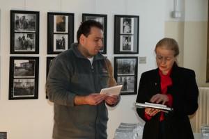 Emanuele, a nome di Effeotto, consegna copia del libro al Sindaco