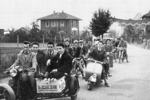 Carovana di giovani per i festeggiamenti del quarantesimo anniversario di sacerdozio del Parroco don Riccardo Salvioni nel 1952