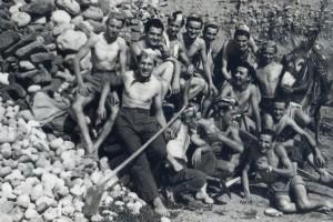 I ragazzi del 1930 durante il recupero dei materiali per la costruzione del nuovo oratorio San Luigi