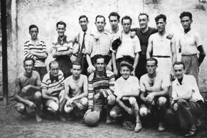Una squadra di calcio all'inizio degli anni '40 nel vecchio oratorio di via Santa Caterina