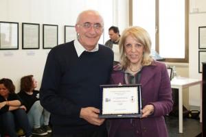 Anna Maria Cardillo riceve il premio dal Presidente del fotogruppo Effeotto