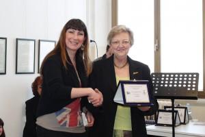 Paola Caselli riceve il premio dal Presidente di giuria Franca Oberti