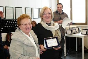 Anna Francesca Basso riceve il premio da Iside sorella di Mario Ferrario