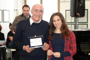 Giulia Chiari riceve il premio dal Presidente del fotogruppo Effeotto