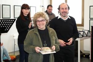Ivana Cerchi riceve il premio da Giancarlo Sala membro della giuria