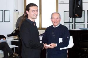 Dario Vanoli riceve il premio da Grazio Caliandro membro della giuria