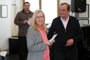 Fiorella Borin riceve il premio dal presidente del Centro Civico Culturale Cernuschese Samuele Arlati