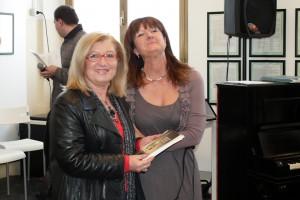 Carla Colombo riceve il premio da Doriana Limena membro della giuria