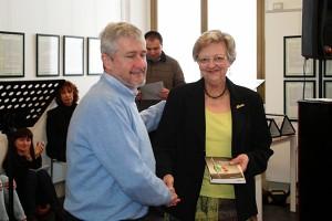 Fulvio Bella riceve il premio dal Presidente di giuria Franca Oberti
