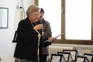 Franca Oberti legge il verbale di giuria