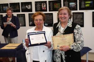Loriana Capecchi premiata da Iside sorella di Mario Ferrario