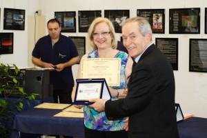 Anna Francesca Basso premiata da Grazio Coliandro membro di giuria