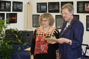 Ivana Cerchi riceve il premio da Franca Oberti