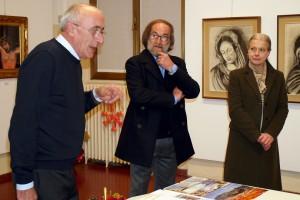 Il presidente Giuseppe Gironi con l'artista e il Sindaco