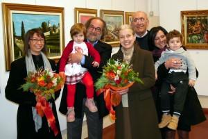 Foto di gruppo con i gemelli Giada e Mattia, nipotini dell'artista