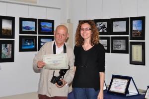 Il socio Sergio Viganò riceve il premio da Chiara Pazzaglia