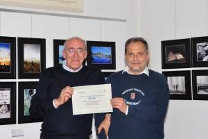 Il socio Walter Rocca riceve il premio da Giuseppe Gironi