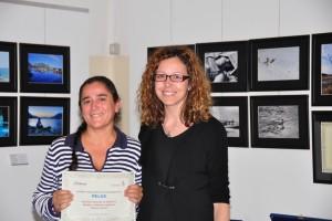 Maria Teresa Carniti riceve il premio da Chiara Pazzaglia