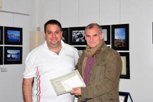 Pietro Ventricelli riceve il premio da Enrico Giudicianni