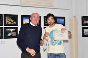 Joshua Adamoli riceve il premio da Giuseppe Gironi