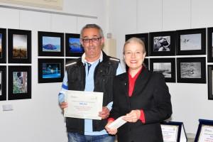 Roberto Pirovano riceve il premio dal Sindaco Giovanna De Capitani