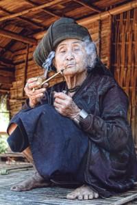 Terza Classificata: Daniela Coluccia - Titolo: La nonna del villaggio - Motivazione: Il tema è stato colto in un attimo di grande espressività del soggetto che sembra quasi interagire, attraverso lo sguardo, con l'autrice di questo bello scatto. Valore aggiunto è l'impeccabile realizzazione tecnica che ci regala un'immagine ricca di affascinanti dettagli.