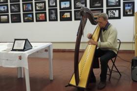 Danilo Marzorati esegue un brano musicale con l'arpa celtica