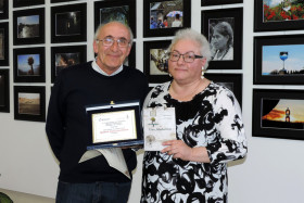 Il Presidente Giuseppe Gironi premia Maria Paglialonga