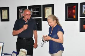 Il Presidente Giuseppe Gironi consegna un riconoscimento al Sindaco Giovanna De Capitani