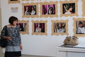 La porfessoressa Arosio illustra il lavoro dei suoi alunni